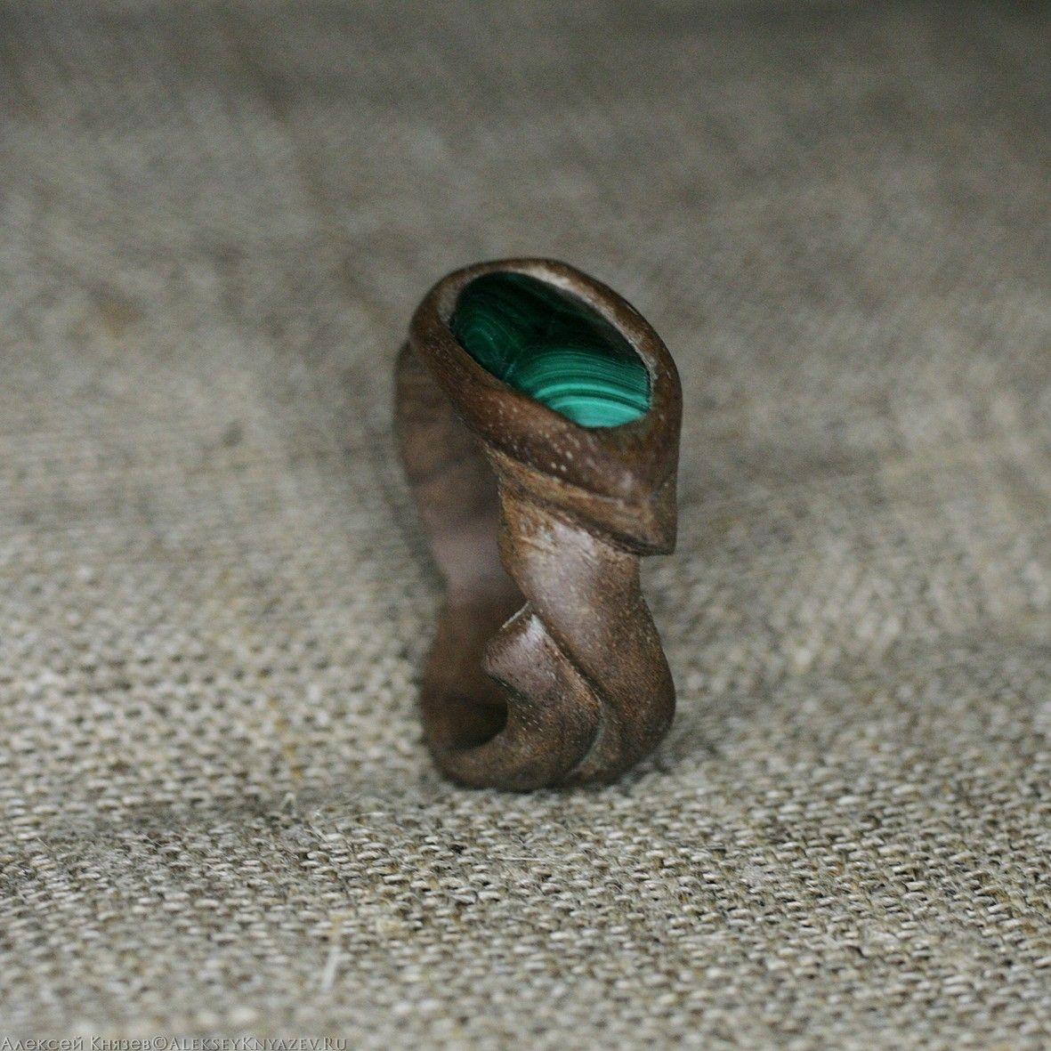 Кольцо из древесины ореха с малахитом